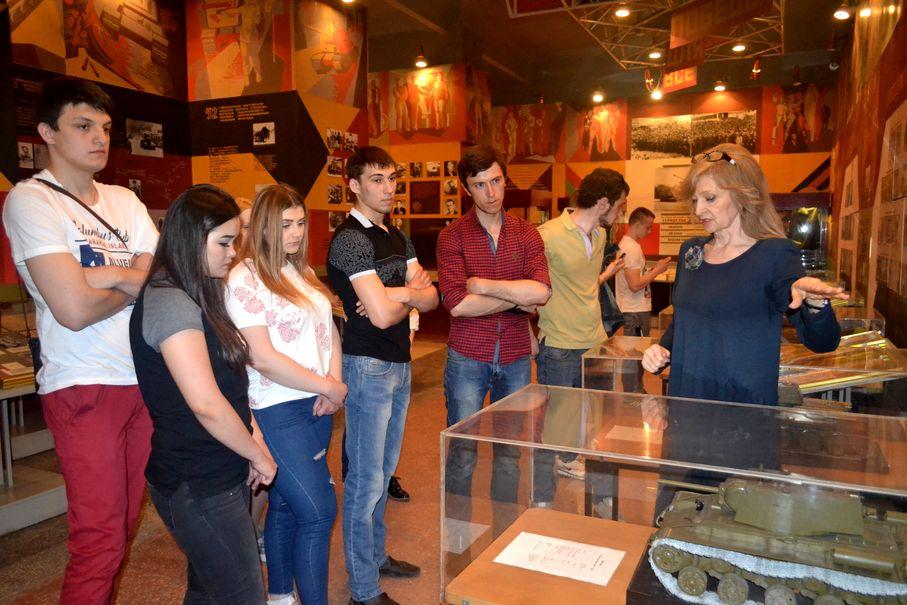 Встречала нас и проводила познавательную экскурсию директор музея — Дида Надежда Артемьевна